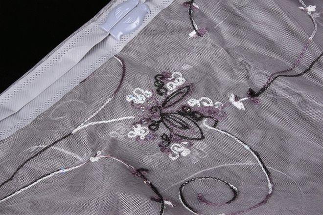 Магнитная лента пропускается в текстильном чехле на москитной сетке