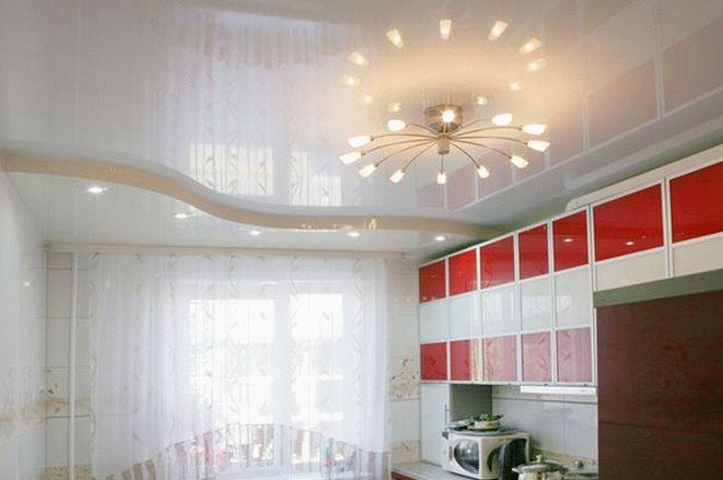 Глянцевая поверхность подвесного потолка на кухне