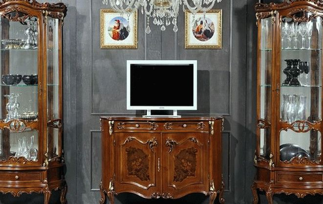 Гармоничный дизайн гостиной с функциональными витринами