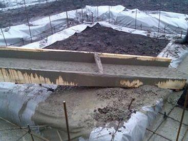 Рис. 6 Заливка фундамента с использованием желоба