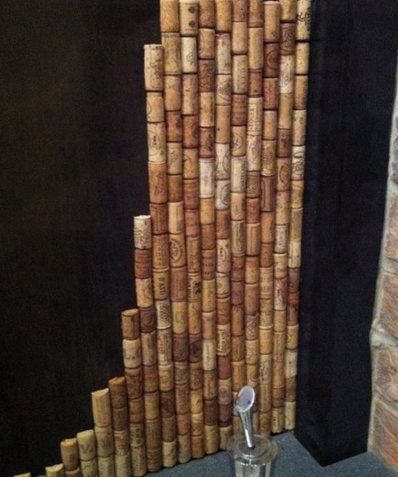 Панель (фартук) из пробок вина над рабочей поверхностью на кухне
