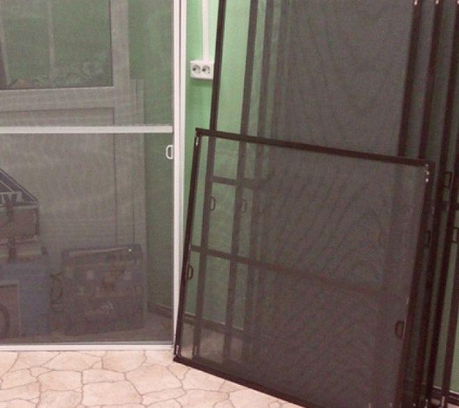 Темный цвет москитной сетки удобнее в эксплуатации