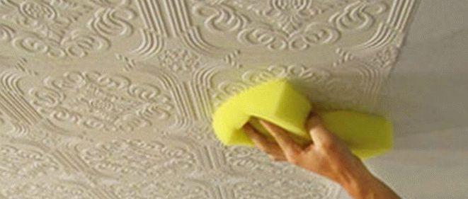 Фактурные обои для отделки потолка на кухне