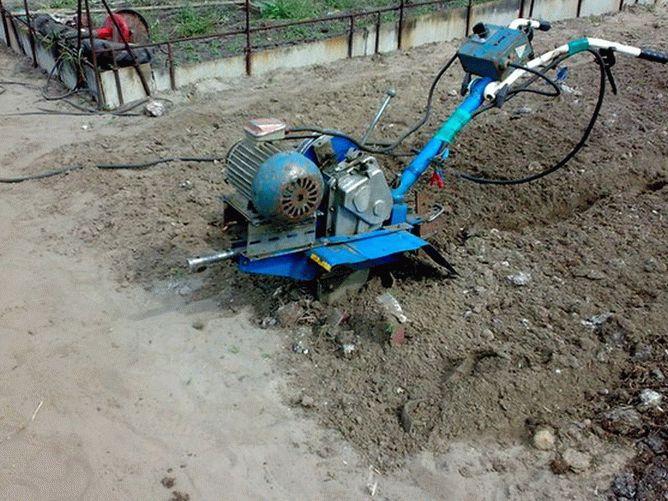 Электрокультиватор для дачи синего цвета