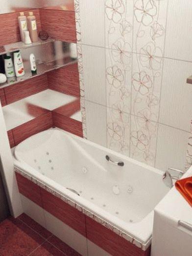Стиральная машинка с вертикальной загрузкой возле ванны