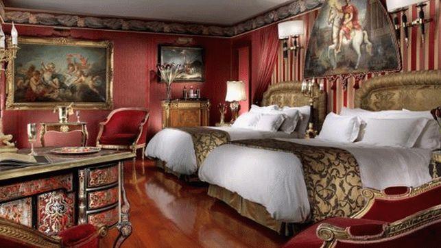 Красные обои в спальне