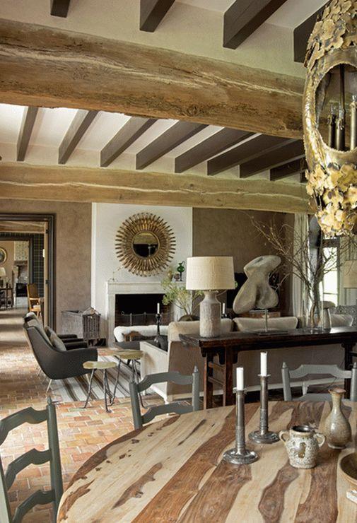 Зона столовой, совмещенная с гостиной