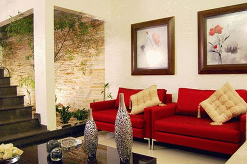 Светло-бежевый пол в красно-белом интерьере