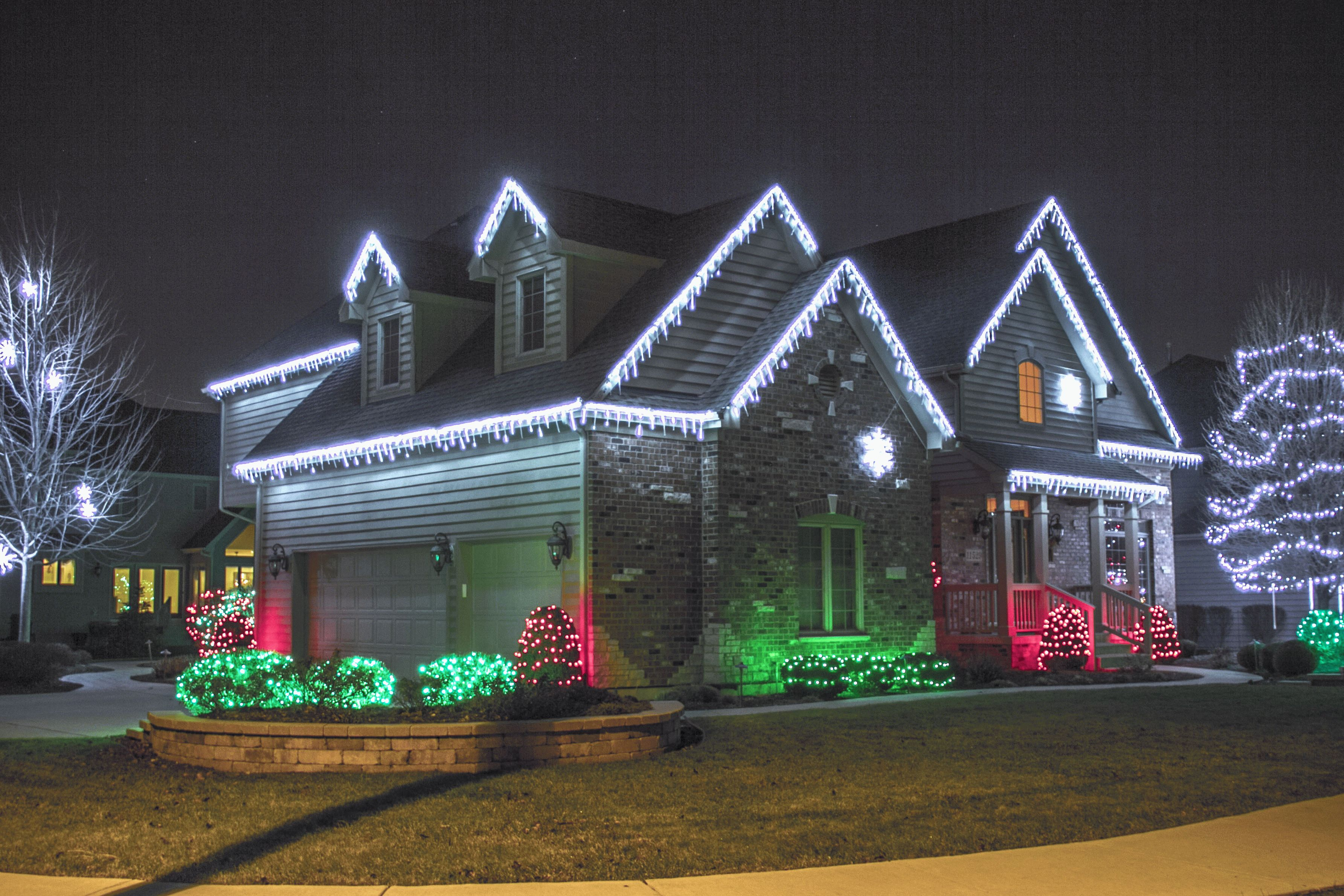 Дом оформленный светодиодными гирляндами