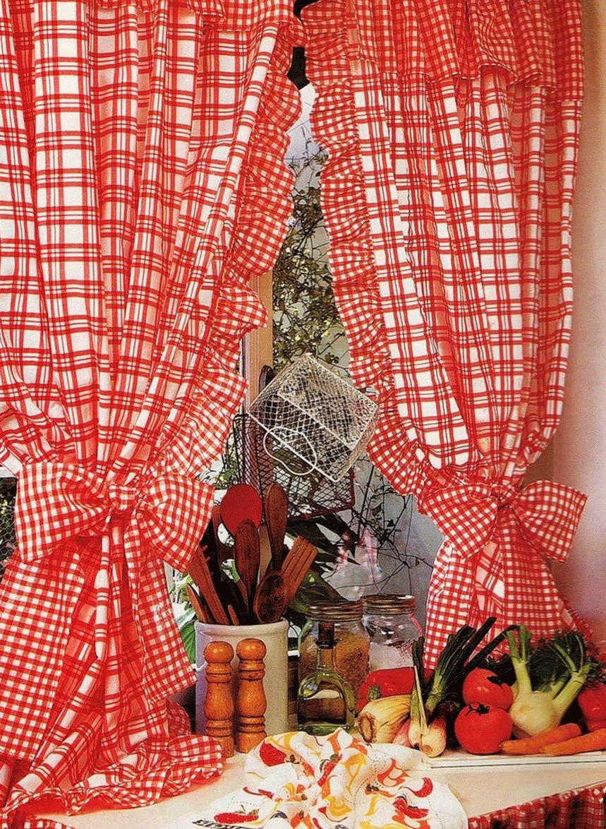 Красные шторы на кухне