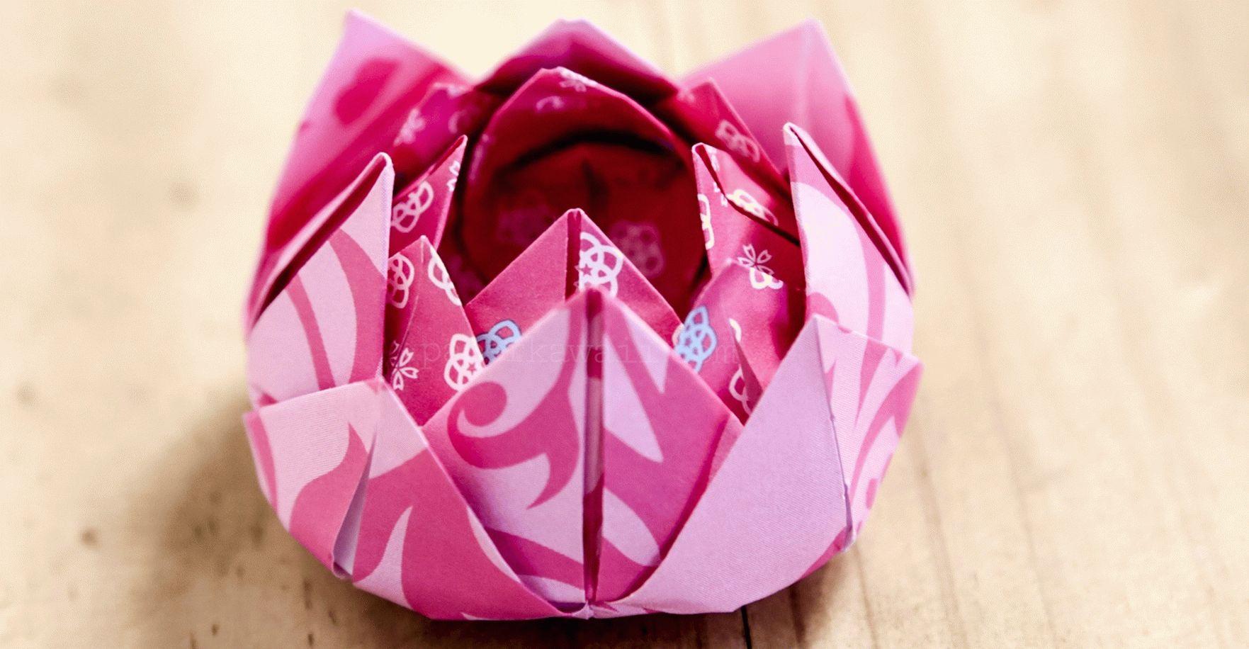 Розовый цветок лотоса из салфеток