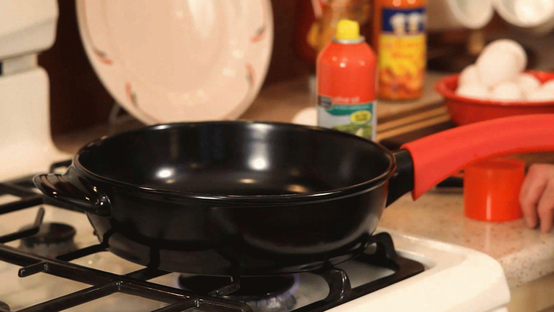 Керамическая сковорода на плите