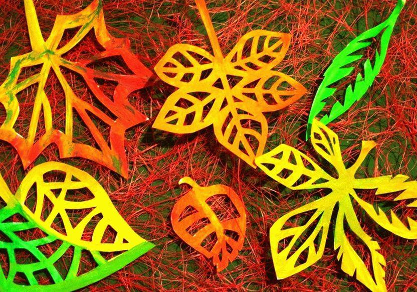 Ажурные листья из бумаги выглядят красиво