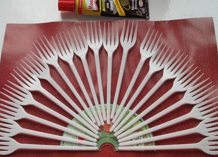 Клей нужно наносить лишь на ту часть ручки вилки, которая будет приклеиваться
