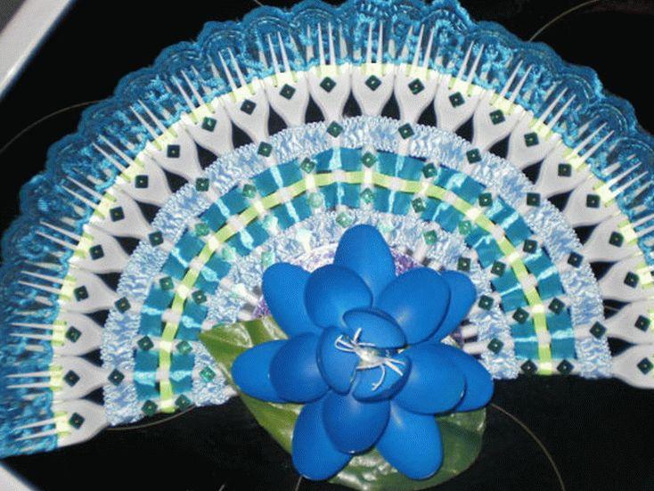 Веер из пластиковых вилок привлечет внимание окружающих