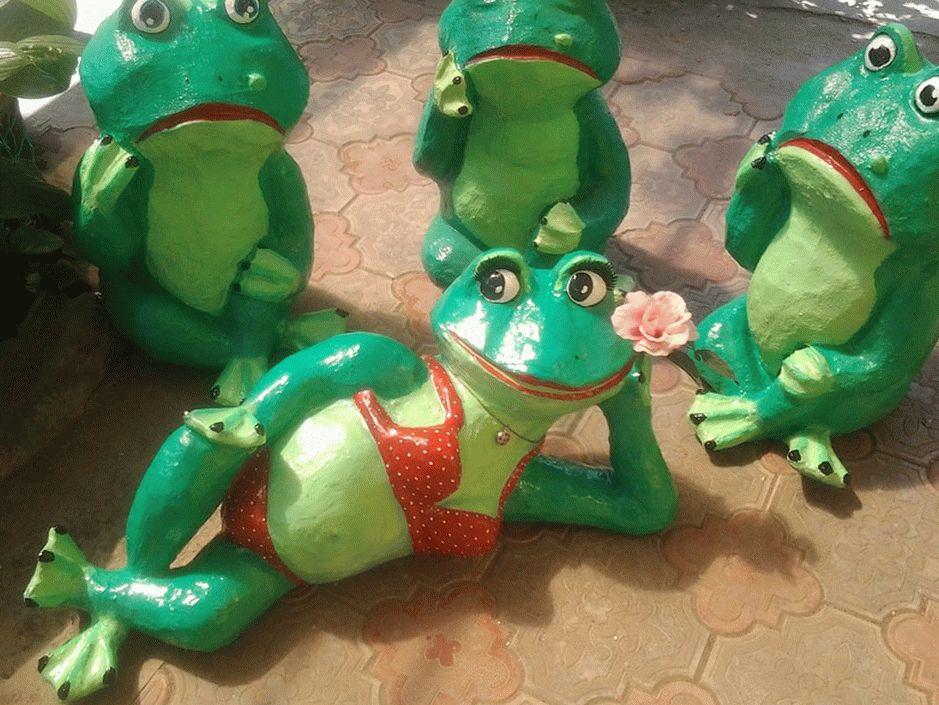 Более привлекательно будут смотреться лягушки из пластиковых бутылок и монтажной пены