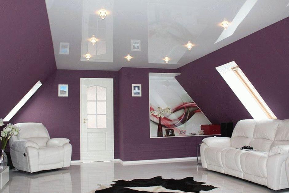 Натяжной потолок в современной гостиной