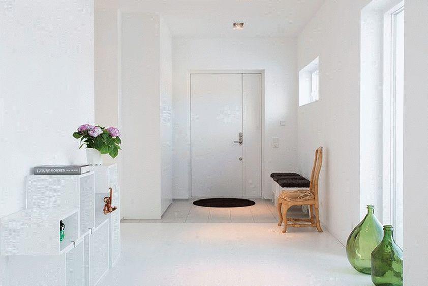 Уютная и стильная прихожая в белом цвете