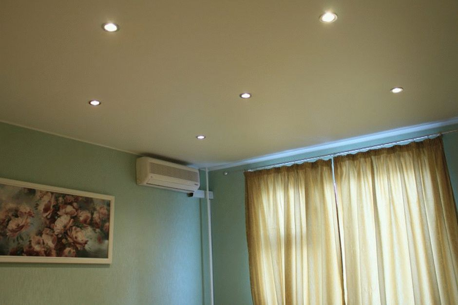 Классический вариант белого тканевого натяжного потолка